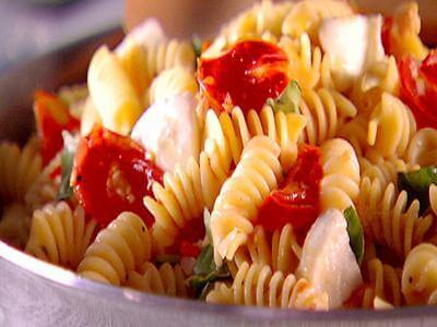 Salada de macarrão caprese