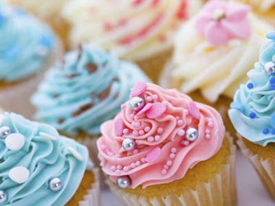 Cupcake de baunilha com cobertura colorida