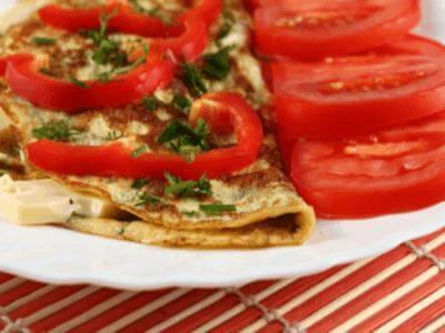 Omelete de tomate com queijo minas