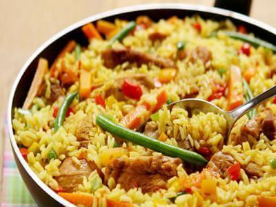 Arroz com frango e legumes (paella)