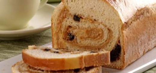 Pão com doce de leite e ameixa