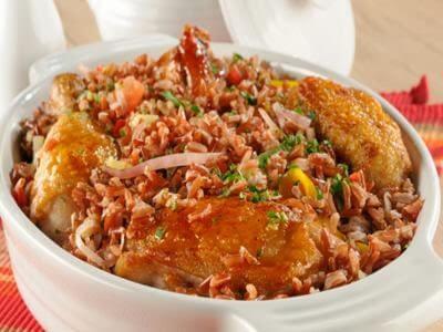 Receita de galinhada com arroz vermelho e creme de feijão-branco
