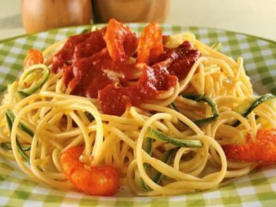 Spaghetti com zucchini (abobrinha) e camarão-rosa