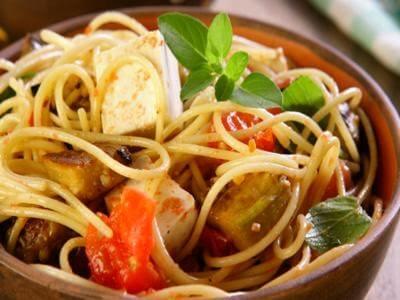 Espaguete com berinjela
