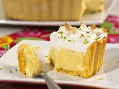 Torta cremosa de coco com merengue