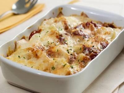 Receita de batata gratinada aos dois molhos: branco e vermelho