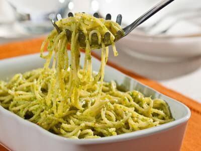 Receita de espaguete ao creme de brócolis (pesto)
