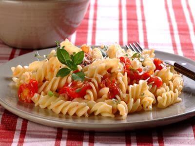 Macarrão com tomate-cereja e ervas
