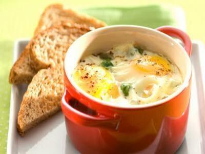 Receita de ovos na tigela com torradas