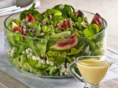 Salada de folhas verdes com figo e queijo