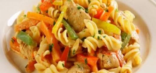 Macarrão na pressão com frango e legumes