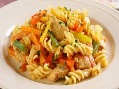 Receita de macarrão na pressão com frango e legumes