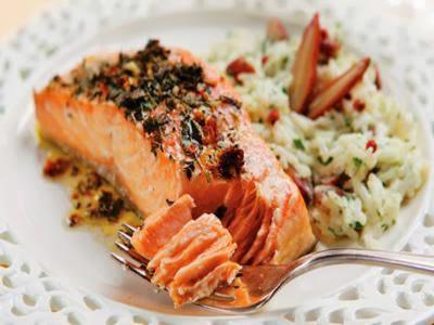 Receita de salmão marinado com ervas e arroz