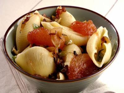 Conchiglioni com cebola e tomate