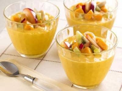 Receita de gelado de manga e coco com salada de frutas