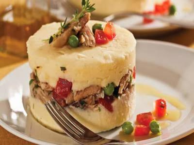 Salada enformada de batata, maionese e sardinha