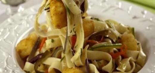 talharim-com-legumes-e-queijo-frito