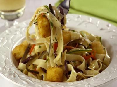 Receita de talharim com legumes e queijo frito
