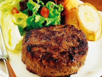 Bife de carne moída com molho ao sugo