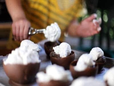 Folhas de chocolate com sorvete