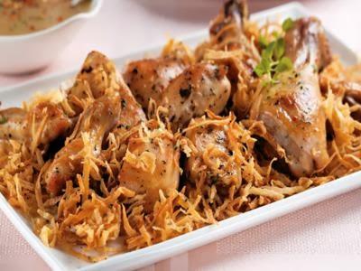 Receita de frango assado com molho de mostarda e mandioca palha