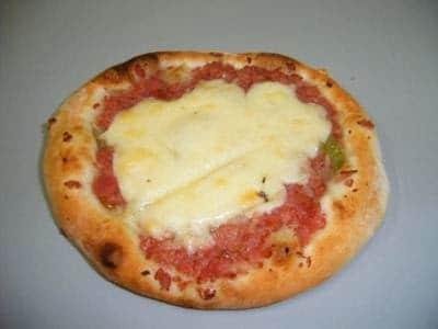 Esfirra de calabresa com queijo
